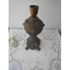 Un Antiguo Velador De Peltre Con Figuras Y Funcionando