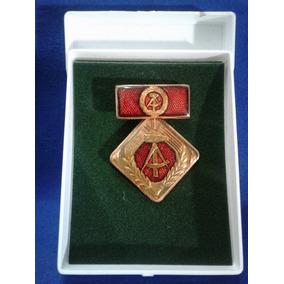 K) Medalha Insígnia Da Antiga Alemanha Oriental - No Estojo.