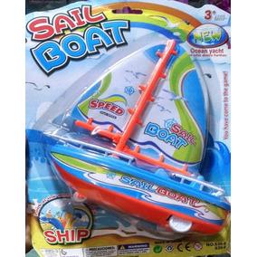 Barco A Vela De Brinquedo A Corda Flutua Na Àgua