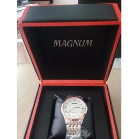 Relógio Magnum Dourado Fundo Branco