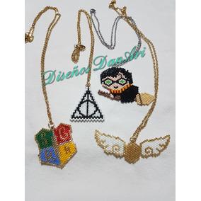 Harry Potter En Escoba, Snitch Dorada, Escudo Y Reliquias
