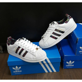 the latest fe8f6 25768 adidas Super Star Flores