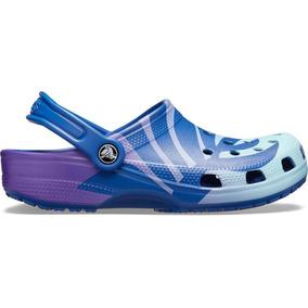 Sandalia Dama Crocs Classic Seasonal Graphic Azul-morado