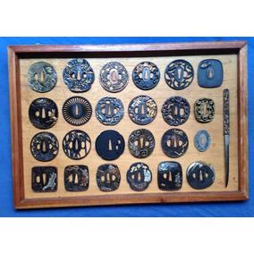 Coleção De 24 Tsubas Diversas Em Expositor De Parede.