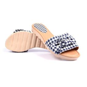 Sandália Rasteira Combina Com Roupas De Banho