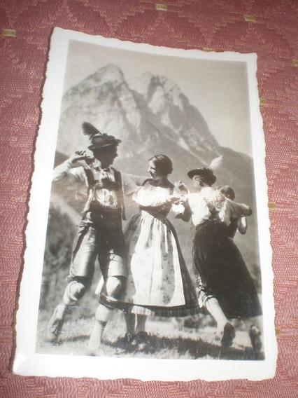Foto No Postal Antigua Bailando Con Trajes Alemanes
