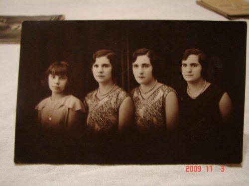 Tarjeta Postal Antigua . Foto, 4 Mujeres. Sello Casa Fotog.