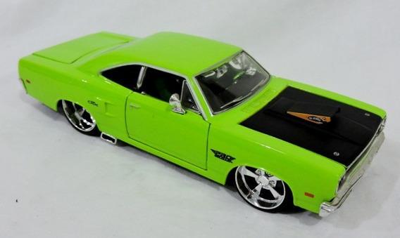 Carrinho Em Miniatura. Plymouth Gtx. Cor Verde. Escala 1/24