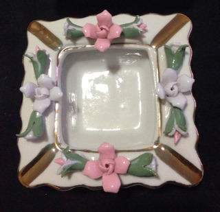 Cenicero De Porcelana, Con Flores En 3d Y Detalles En Dorado