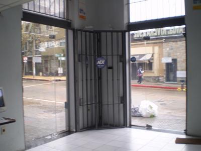 Gran Local Comercial Sobre Avda Rivera Casi F. Soca