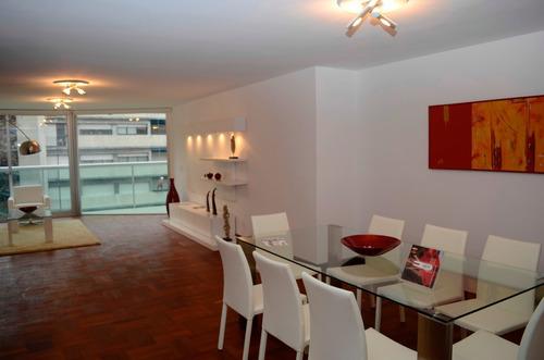 Venta De Apartamento En Pocitos, 3 Dormitorios, Y Servicio.
