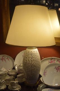 Divina Lámpara De Mesa Blanca Motivo Oriental Con Bronce