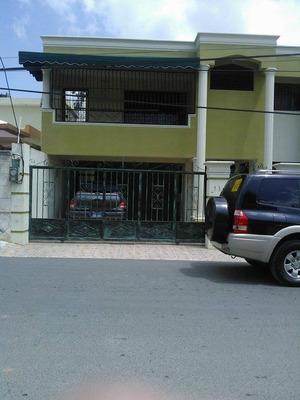 Casa Amplia De Dos Niveles De Oportunidad Remodelada