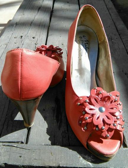 Zapato De Cuero Coral Con Flor Y Tachas.