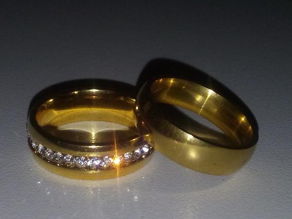 Par De Aliança Com Pedra 6mm Folheada A Ouro -- Tungstênio