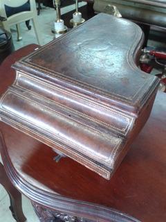 Cofre Antiguo En Forma De Piano En Madera Forrada A Cuero