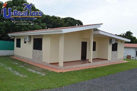 Hermosa Y Espaciosa Casa En Punta Barco Rebajada A $130,000