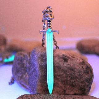 Colar Pingente Brilha Escuro Espada Jon Snow Game Of Thrones