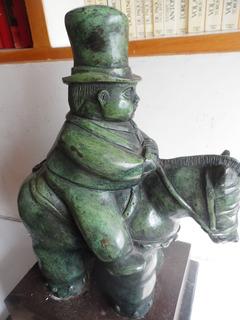 Escultura De Bronce Tipo Botero Caballero Con Bombin Figura