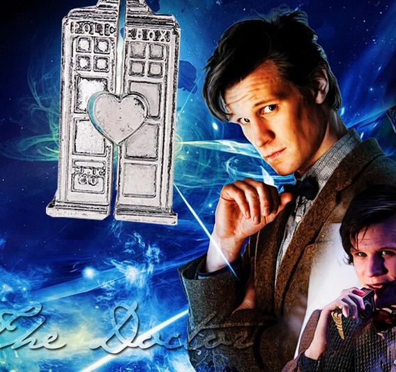 Par De Colares Doctor Who Tardis Cabine Prata - Frete Grátis