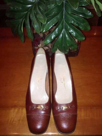 Zapatos Stilettos Ferragamo En Cuero Bordó Con Herraje