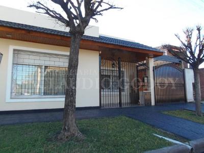 Casa 3 Ambientes Con Amplio Fondo Con Quincho