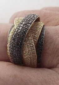 Maravilhoso Anel Com Diamantes Brancos E Negros Ouro 18k750
