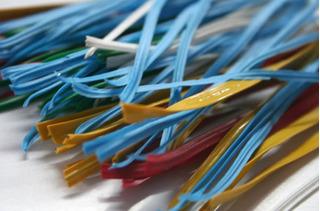 Caja Con 20000 Piezas De Plastinudos De Plastico De 8 Pulg