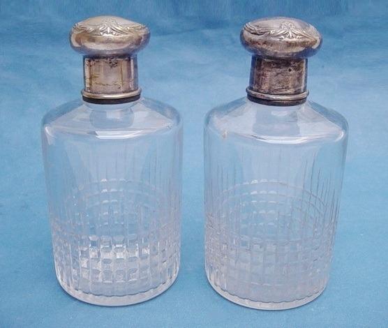 Antiguo Par De Perfumeros De Cristal Y Tapa Bañada En Plata