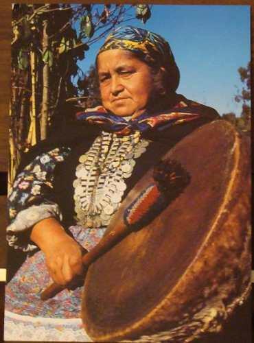 Araucania Foto Postal_mujer Mapuche Tocando El Kultrùn