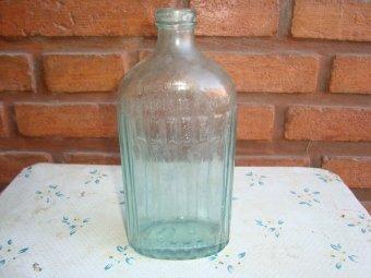Antigua Botella Labrada De Alcohol Fino Henzi