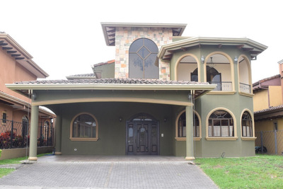 Casa Amplia, Estilo Colonial En Condominio Los Hidalgos