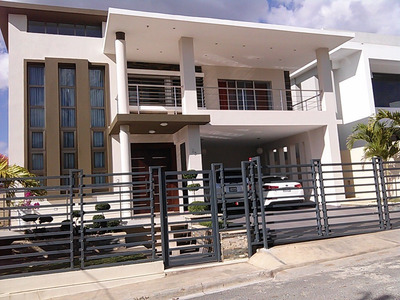 Casa Moderna Y Amplia En Santiago