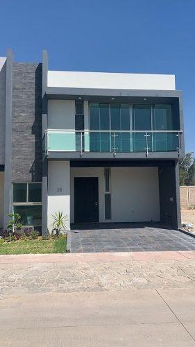 Excelente Residencia En Venta En Solares Con Acabados Premium