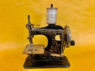 Hermosa Maquina De Coser Antigua Alemana Bellamente Decorada