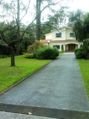 Hermosa Casa Con Todos Los Servicios Con Gran Parque Verde.
