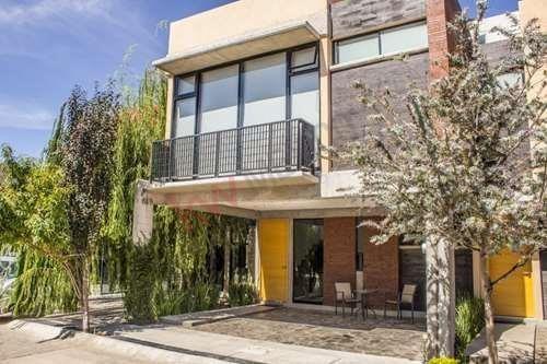 Casa En Venta En Residencial Castilla La Nueva $2,340,000.00 A Un Costado De Zona Industrial