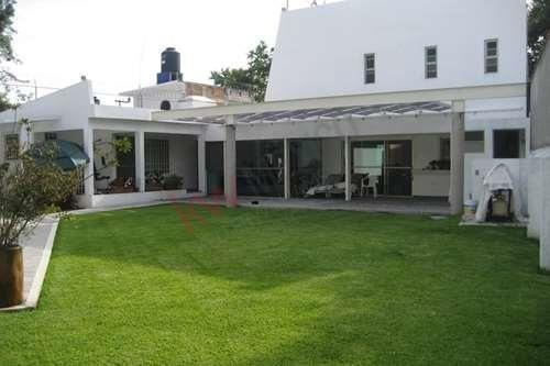 Venta De Casa, Casa Sola, 6 Recamaras, Alberca, Jardín, Jacuzzi.