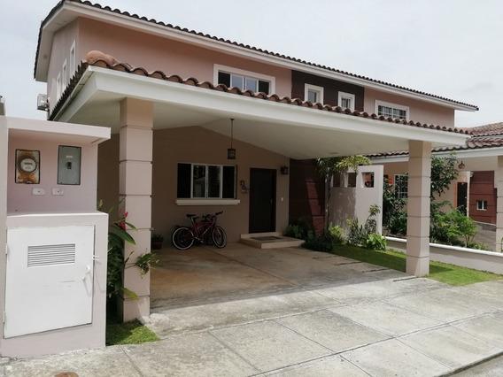 Linda Casa En Venta Con Area Social/garita, Villas Del Golf