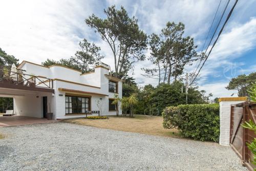 Punta Del Este, Chalet En  Pinares, A Pasos Del Mar, 4 Dormitorios .- Ref: 41775