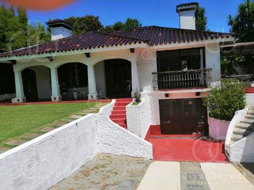 Casa De 4 Dormitorios + Dependencia Y Piscina En Cantegril, Punta Del Este- Ref: 54135