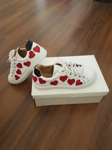 Zapatillas De Cuero Color Blanco Con Corazones. Talle 36