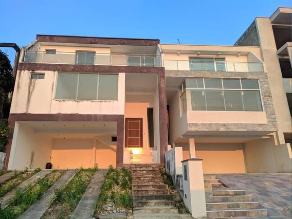 *casa En Venta En Pirineos, Urb Cerrada.* San Cristóbal