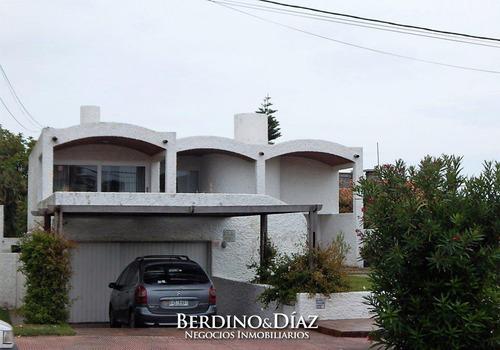 Hermosa Y Muy Amplia Casa Estilo Tradicional Ubicada En La Zona Mas Exclusiva De Punta Del Este- Ref: 25