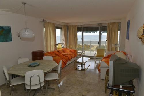 Lindisimo Edificio Frente Al Mar En Playa Mansa- Ref: 3743