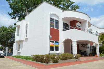 Casa, Ubicada En El Barrio La Castellana