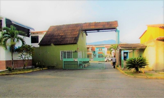 Nestor Moreno Vende Town House En Urb. Parqueserino