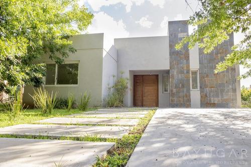 Venta - Casa En  Los Alcanfores - Bayugar Negocios Inmobiliarios