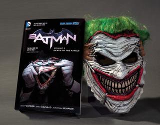 Comic De Batman Death Of The Family Book And Joker Mark Set