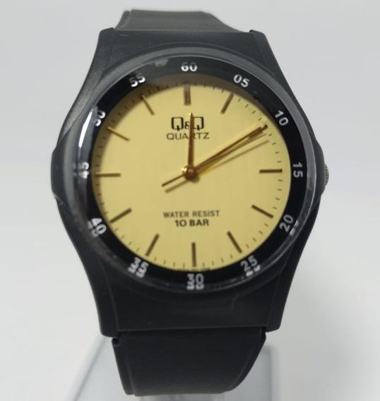 Relógio Q&q By Citizen Preto Fundo Dourado Vq04j001y